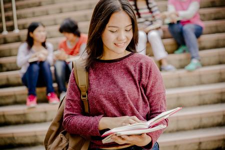estudiantes universitarios: feliz grupo de adolescentes estudiantes de secundaria al aire libre
