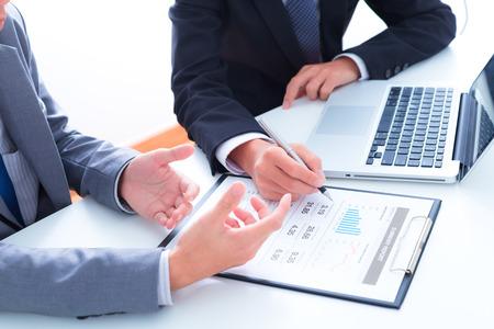 Geschäftsleute, die Diskussion über die Charts und Diagramme, die die Ergebnisse ihrer erfolgreichen Teamarbeit Standard-Bild