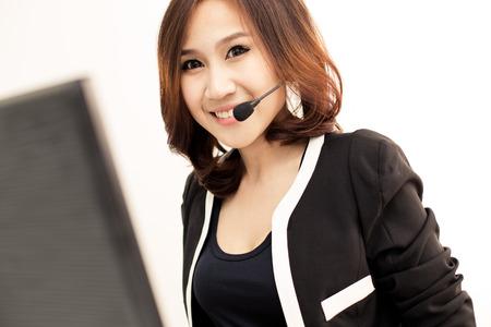 centro de computo: Las mujeres asi�ticas centro de llamadas con los auriculares del tel�fono Foto de archivo