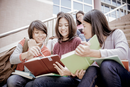 Gruppe von glücklich Teenager Gymnasiasten im Freien Standard-Bild