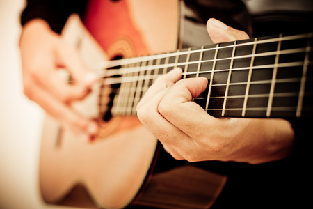guitarra acustica: Practicar en tocar la guitarra. Apuestos jóvenes que tocan la guitarra
