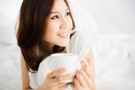 mujer en la cama: Retrato de una hermosa joven en la cama