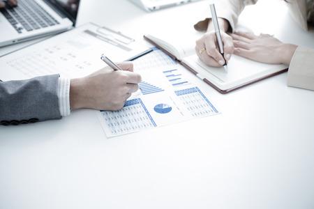 trabajo en equipo: La gente de negocios en discusiones sobre los cuadros y gráficos que muestran los resultados de su trabajo en equipo éxito