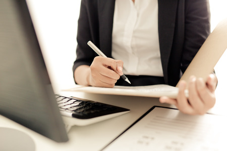 trabajando: Mujer de negocios joven que trabaja en la oficina