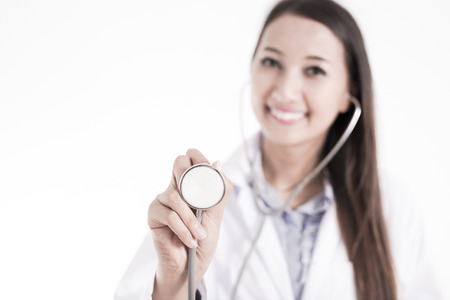 persona enferma: Sonriente mujer médico con estetoscopio