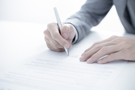persona escribiendo: Hombre de negocios que se firma un contrato Foto de archivo