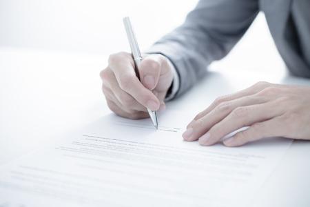 napsat: Obchodní muž podpisu smlouvy Reklamní fotografie