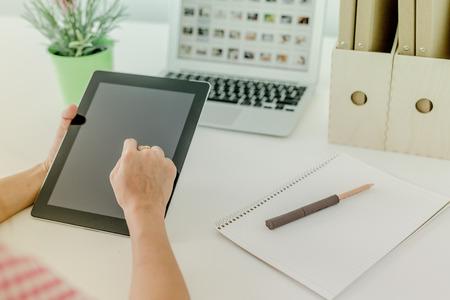 outwork: mujer en el lugar de trabajo utilizando una tableta digital Foto de archivo