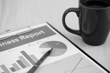 cuadro sinoptico: Informe de negocios. Taza de caf� y de documentos.