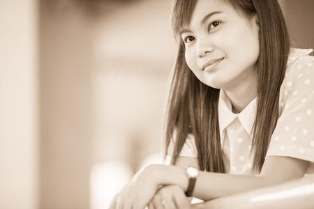 niñas chinas: Un tiro de una hermosa mujer asiática al aire libre Foto de archivo