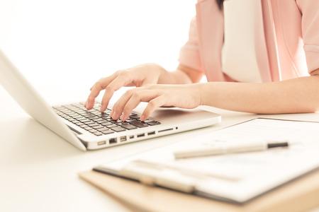 persona escribiendo: mujer de negocios que trabajan en la oficina
