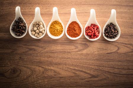 �pices: Table en bois d'�pices color�es
