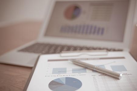 investigando: Mostrando empresa y el informe financiero. Contabilidad Foto de archivo