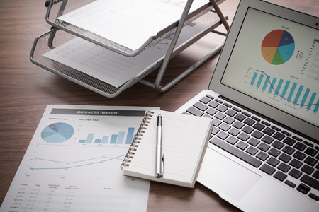 informe: Mostrando empresa y el informe financiero. Contabilidad Foto de archivo
