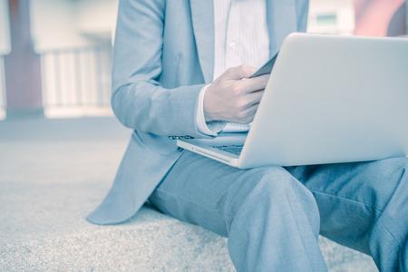 contabilidad financiera cuentas: Hombre joven y exitoso joven que sostiene un informe. Contabilidad