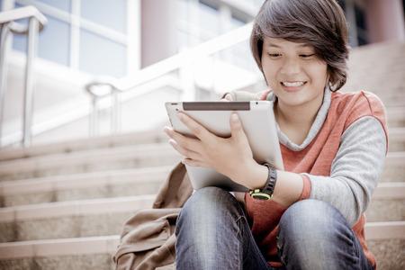 mujer sola: estudiante universitaria con tablet PC en las escaleras Foto de archivo