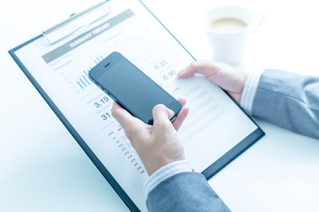 recursos financieros: negocio, la tecnología y el concepto de Internet - cerca de las manos del hombre con el café y el ordenador portátil