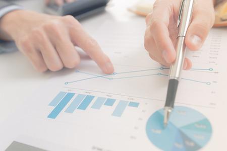 gestion empresarial: La gente de negocios en discusiones sobre los cuadros y gr�ficos que muestran los resultados de su trabajo en equipo �xito