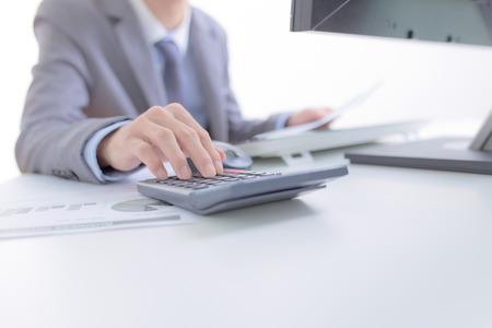 accounting: Negocios que analiza listas de inversión con el ordenador. Contabilidad