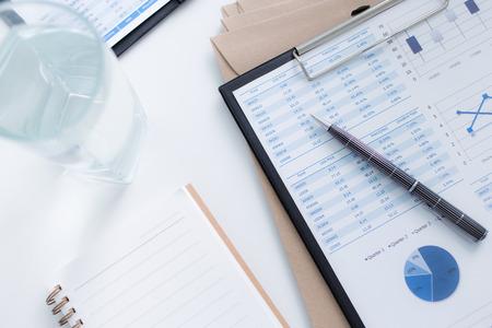 document management: Mostrando empresa y el informe financiero. Contabilidad Foto de archivo