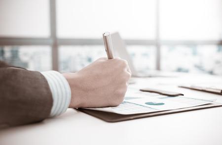 Geschäftsmann Analyse Investitionen Diagramme. Buchhaltung