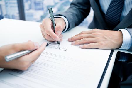 seguro: Hombre de negocios que se firma un contrato Foto de archivo