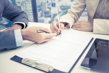 女性の手署名契約。 写真素材