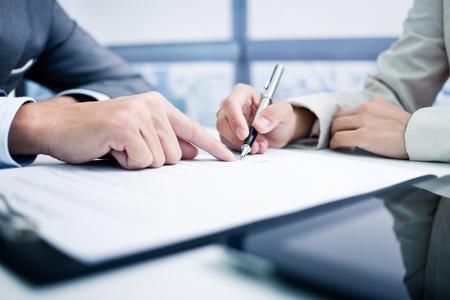 여성의 손 서명 계약. 스톡 콘텐츠