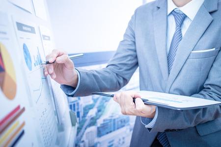 Businessman analyse graphiques d'investissement. Comptabilité