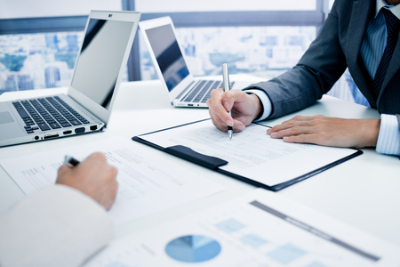 contadores: La gente de negocios en discusiones sobre los cuadros y gráficos que muestran los resultados de su trabajo en equipo éxito