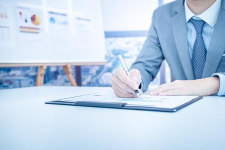 Businessman analyse graphiques d'investissement. Comptabilité Banque d'images - 46626068