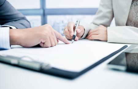 divorcio: Mujeres mano firma del contrato.