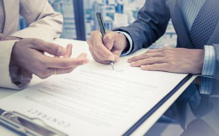documentos legales: Hombre de negocios que se firma un contrato Foto de archivo