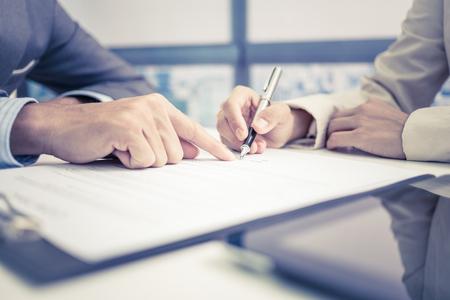 ley: Mujeres mano firma del contrato.