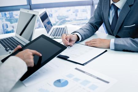 비즈니스 차트 논의 사람과 성공적인 팀워크의 결과를 나타내는 그래프
