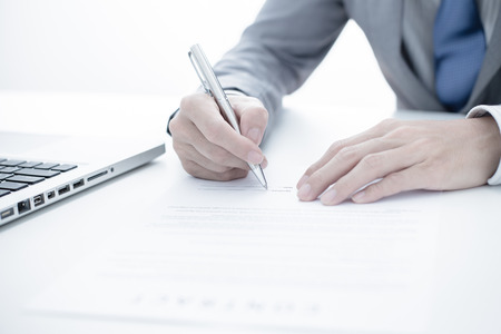 contrato de trabajo: Hombre de negocios que se firma un contrato Foto de archivo