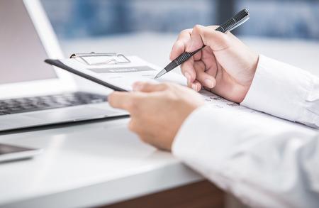 contabilidad financiera cuentas: informe de negocio y mano. Contabilidad Foto de archivo