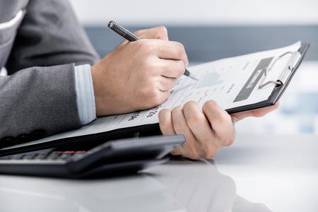 recursos financieros: Hombre Análisis Business Accounting