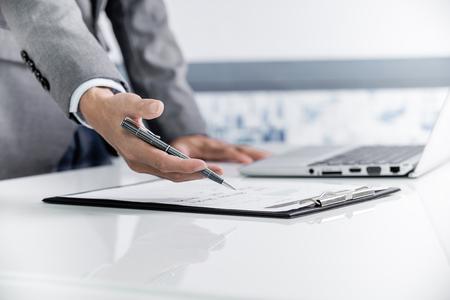 Businessman analyse graphiques d'investissement avec un ordinateur portable. Comptabilité Banque d'images - 47832982