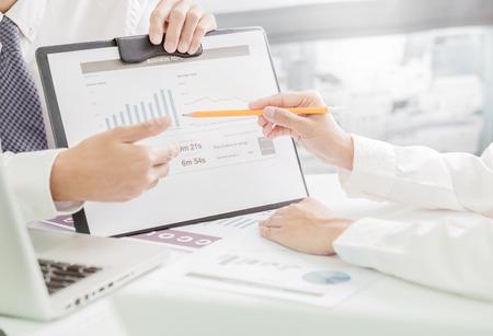 recursos financieros: La gente de negocios en discusiones sobre los cuadros y gráficos que muestran los resultados de su trabajo en equipo éxito