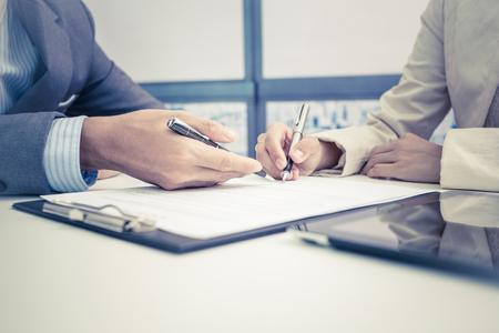 divorce: Mujeres mano firma del contrato.