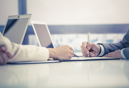 계약을 체결하는 비즈니스 사람