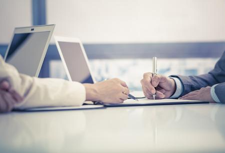 L'homme d'affaires de signer un contrat Banque d'images