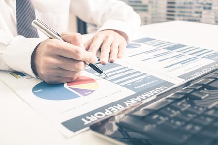 informe: Hombre Business Report Análisis. Contabilidad Foto de archivo