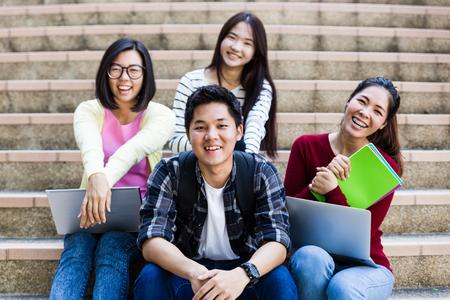 groupe de joyeux adolescents lycéens extérieur