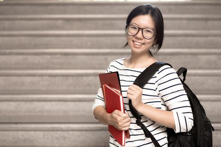 alumnos estudiando: Feliz adolescente estudiante de secundaria