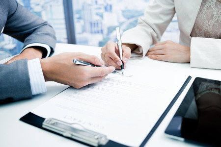 Female hand signing contract. Standard-Bild