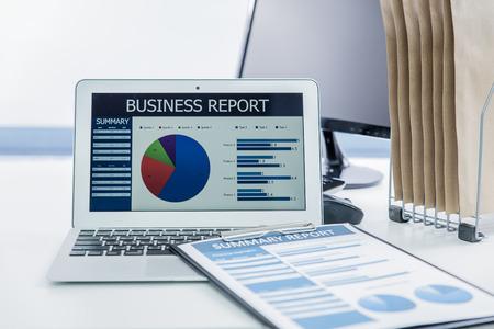 ganancias: Mostrando empresa y el informe financiero. Contabilidad Foto de archivo