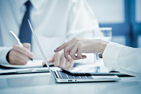 contabilidad financiera cuentas: El hombre de negocios y empresarias de tener Reunión Informal En Office Foto de archivo