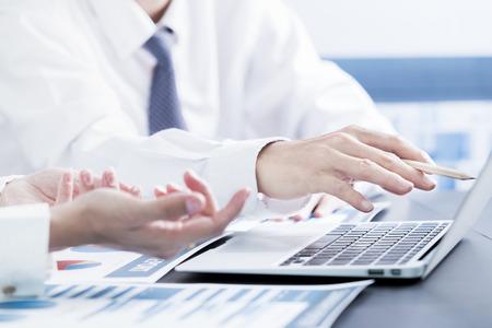 üzlet: Az üzletemberek megbeszélése a táblázatok és grafikonok eredményeit bemutató sikeres csapatmunka